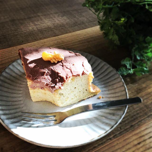 バナナシフォンケーキです。こちらは卵を使っています。豆腐のチョコスプレッドをのせて。#日替わりスイーツ #シフォンケーキ #上尾カフェ (Instagram)