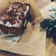 柚子のパウンドケーキ今週は柚子weeeekです。柚子デザート、柚子ドリンクをたくさんご用意する予定です。写真は国産柚子ピールをふんだんに使った米粉のヴィーガンケーキ。といっても残りわずかとなりました。 #柚子 #ユズ #パウンドケーキ #上尾カフェ #国産小麦 #ヴィーガン #無農薬栽培 (Instagram)