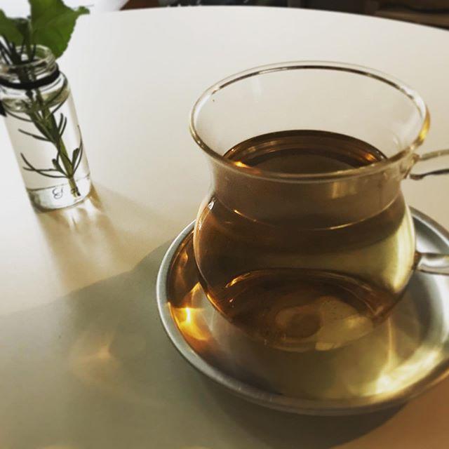 「のど、うるおいブレンド」この季節ならではのブレンドをつくりました。のどの粘膜の乾燥を防ぎ風邪やインフルエンザの予防に役立てます。イガイガするなぁと思った時に、または声をたくさん使った後、オフィスの暖房が苦手な方などに、1日のお茶時間の中に取り入れてみてください。後日オンラインショップにあげます。少々お待ち下さい#喉痛い #乾燥対策 #ハーブティー #インフルエンザ対策 #風邪予防 #潤い #上尾 #ハーブティー専門店 (Instagram)