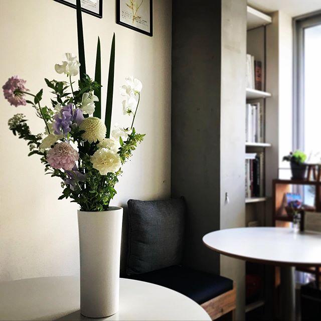 友人が綺麗なお花を持ってきてくれました。ありがとう。ありがとう。ありがとう。会えて良かった。身体、大切にしてください。@megumiyamaguchi87 #花瓶があった #センス溢れるアレンジメント #花のある暮らし #父のために #綺麗な花で癒されよう (Instagram)