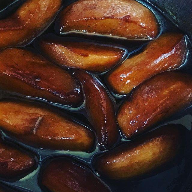 季節のフルーツパイは引き続き「りんご」ですが、今週はシナモン、フェヌグリーク、レモンピール、ジンジャー、ペッパー(全てオーガニック)のスパイスとココナッツシュガー、ワインでじっくりコトコト煮詰めて作りました。ちょっとスパイシーなって大人のりんご煮です。サクサクのパイに包んで焼き上げます。明日も是非お待ちしております。️ #デザート #アップルパイ #スパイス #オーガニック #上尾カフェ #大人のデザート #ココナッツシュガー #りんご (Instagram)