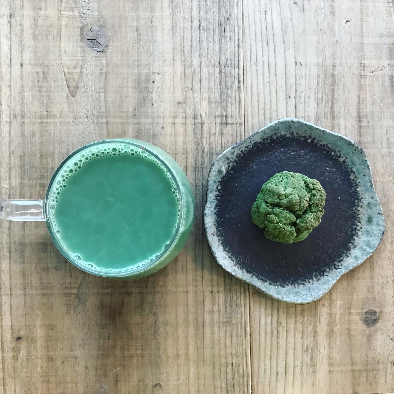 スコーンの端っこを自分のおやつに。グリーンマルベリーラテとグリーンマルベリーのスコーン♪最近マルベリーばっかり飲んでいるせいか、お腹の調子がいいー。お腹が調子良いと、なんか勝った気分よね。笑。#マルベリー #腸内環境改善 #桑の葉 #おやつ #スコーン #ヴィーガン #scones #グリーン (Instagram)