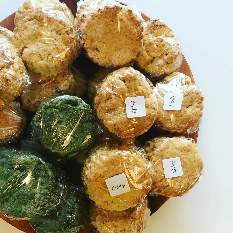 昨日焼いたのに残り少なくなってまた今日もひたすら焼くヴィーガン スコーン。🥮 緑色はグリーンマルベリー(桑の葉)お抹茶のような味で人気。桑の葉は腸での糖の吸収を阻害してくれる役割があります。#スコーン #ヴィーガン #本日のおやつ #きな粉も人気 (Instagram)