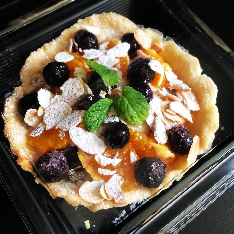 今週のヴィーガンフルーツパイは国産清見オレンジのクリームパイよくC:フルーツ&スイーツD:フルーツ&ノンスイーツの違いは何ですか?と聞かれるのですが。️下に乗せてあるクリームが甘いか甘くないかの違いです。(他は同じです(*´꒳`*))スイーツクリームはメイプルシロップで甘さをプラスしたヴィーガンクリームになっていて、お仕事や家事育児で疲れた方にもちょっとした甘い贅沢なお菓子としてオススメです。※ご注文いただいてから乗せてお詰めしますので、10分〜15分いただいております。 ︎ご注文はLINE@からも出来るようになりました。@cafe.hanoen のホームページのテイクアウトメニューの記事をご覧くださいませ。#清見オレンジ #旬の果物 #フルーツパイ #ヴィーガン #クリームチーズ #上尾カフェ #テイクアウト #埼玉カフェ