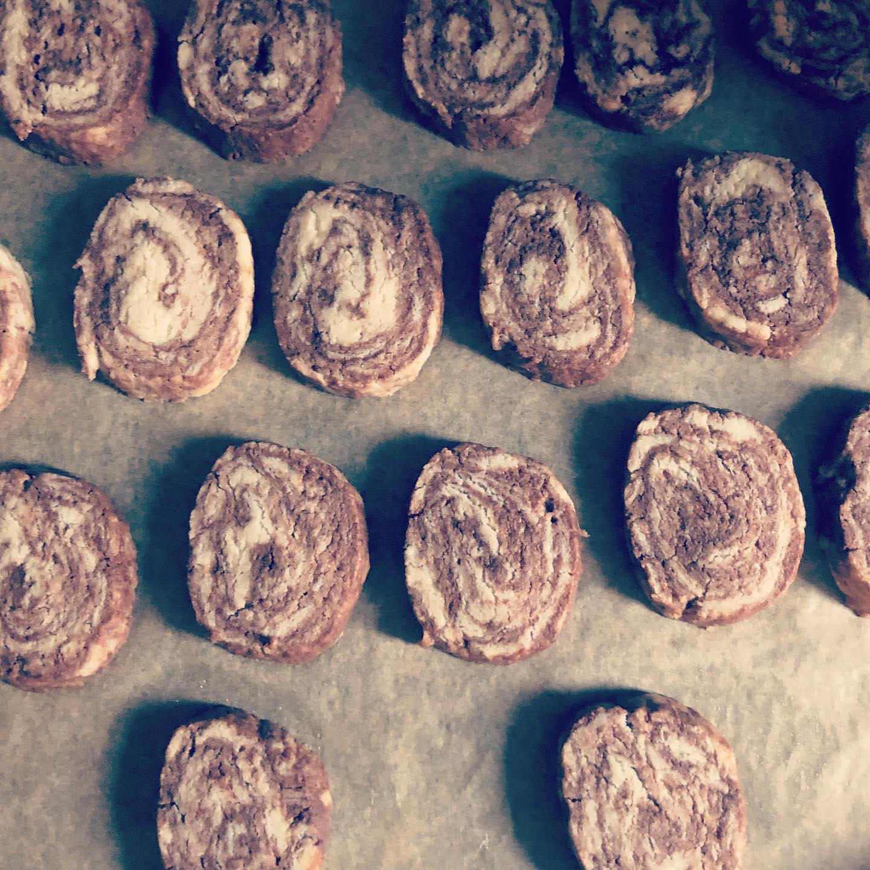 チョコマーブルクッキー焼きました。(自分のおやつ用)ラスクにもみえる。笑。#クッキー #マーブル模様 #チョコ #自分用 #おやつ #サクサク