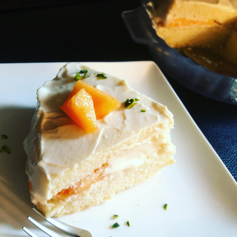 本日の焼菓子「メロンケーキ」は残り3つです。トッピングにピスタチオを乗せてみました。小麦粉、卵乳製品、白砂糖不使用です。こういうケーキはメロンが良いものであればあるほど、美味しさに差が出ますね〜。果肉が柔らかくて甘いメロンを使うとグッとケーキらしくなります。#メロンケーキ # #メロン #ケーキ #cake #グルテンフリー #グルテンフリースイーツ #ピスタチオ