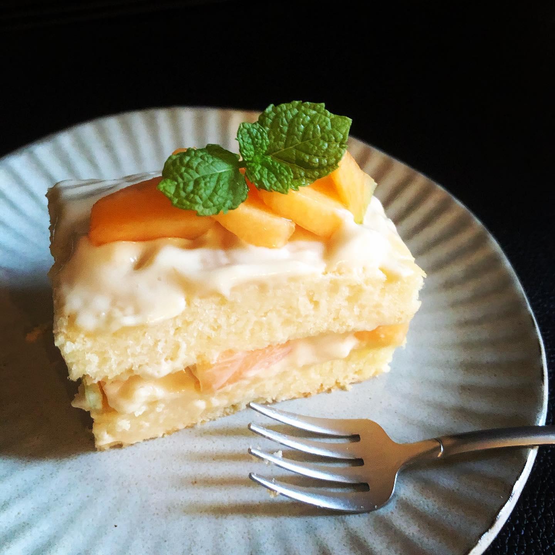 久しぶりにスポンジを焼いてメロンケーキ作りました。卵乳製品、小麦粉を使わずにグルテンフリー&そしてヴィーガンです。クリームもスポンジも普通のケーキには敵いませんが、でもまずまずです。北海道で仕事の夫から富良野メロンが3000円だよとメール入りましたが、ケーキに使うにはもったいなぁと。笑。こちらは明日のデザートでお出しします。#メロン #メロンケーキ #グルテンフリー #グルテンフリースイーツ #卵乳製品不使用 #葉の園