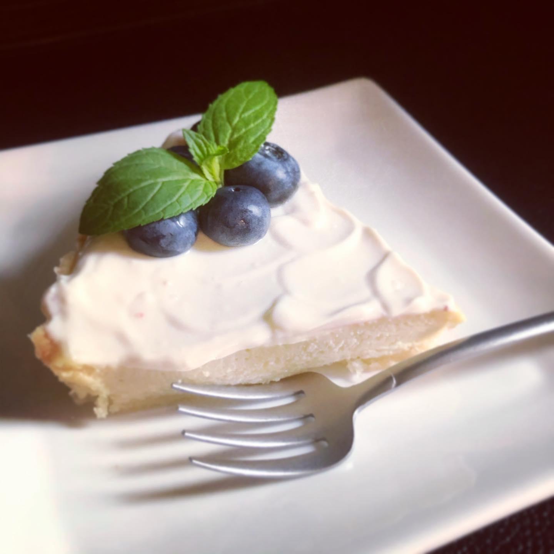 ヴィーガンレアチーズケーキ2いただきものの山形のブルーベリーを乗せて。この絵はメジャーですね。#チーズケーキ #レアチーズケーキ #豆腐レシピ #ヴィーガンスイーツ #卵乳製品不使用 #ニュートリショナルイースト #山形ブルーベリー