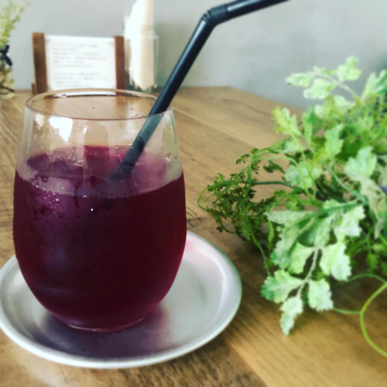 農薬不使用の赤紫蘇がやってきました。この時期ならではの紫蘇ジュースを仕込みました。ほんのり酸味があって、甘さを抑えてジュースかソーダどちらかお選びいただけます。明日から。お待ちしておりますね@naito_noen #赤紫蘇ジュース #紫蘇ジュース #作り方は後日ご紹介します #動画は後ほど