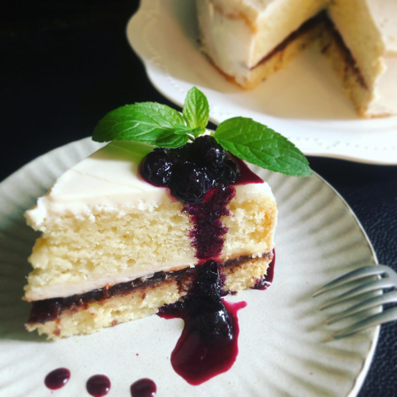 ハイビスカス&ローズヒップのショートケーキ(風)ヴィーガンケーキですハーブコーディアルを作った時に残るハーブをジャムにします。そのジャムと豆乳クリームホイップを生地に挟んでショートケーキ風に。シンプルなのでブルーベリーソースをかけていただきます。生地もクリームも全て卵乳製品不使用です。ヴィーガン でもフワフワのスポンジです。#本日の焼菓子 #日替わりケーキ #ハーブケーキ #ハーブジャム #スポンジケーキ