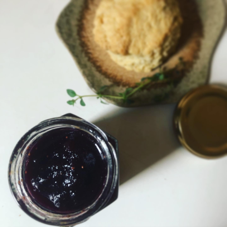 いちじくとブルーベリーの自家製ジャムいちじくももう終わりかな。今年は結構使いました。パイやジャム、パウンドケーキにも。このジャムは桃パフェに入れる予定。またはスコーンの付け合わせにも#いちじく #いちじくジャム #自家製ジャム #無花果