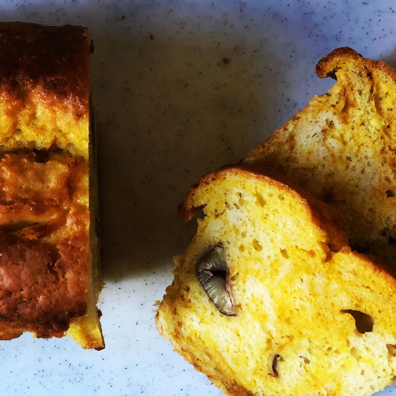 かぼちゃと栗のパウンドケーキ (卵乳製品不使用)トロトロにしたカボチャに砂糖とシナモンを入れて生地に練り込んで、ややマーブル模様にしてみました。栗は渋皮煮したものを贅沢に投入。パウンドケーキ、今日はよく出たので明日もまだ焼きます。#カボチャ #パウンドケーキ #栗 #スイーツ #ヴィーガン #渋皮煮
