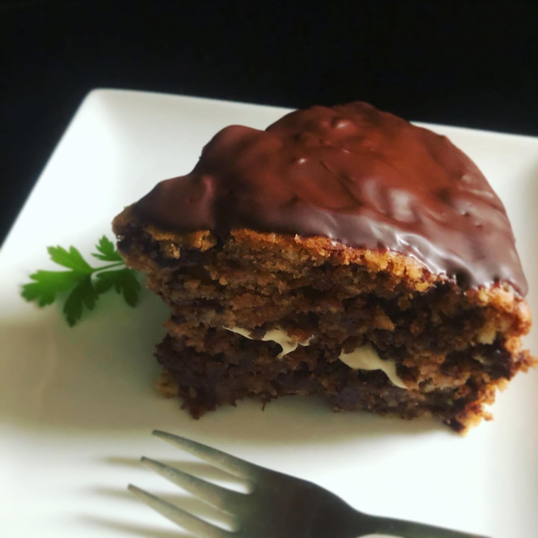 チョコレートジンジャーケーキ本日の日替わりケーキです。生姜を荒くカットしたところにチョコレートを絡めて生地の中にいれて一緒に焼きます。チョコレートのしっとり感、生姜のピリっと感が特徴です。チョコレートのコーティングがうまくいったので来週もまた作りたいな。寒いときは身体をあたためる食材を選んで食べましょう。#チョコレートケーキ #ジンジャーケーキ #スパイスもきいてる #ヴィーガンスイーツ #数量限定 #ハーブティー #上尾カフェ #雨の日