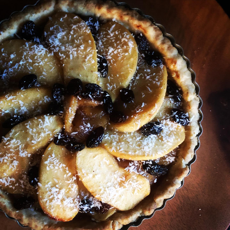 日替わりデザートは今日から「りんごのタルトパイ」になります。ラム酒でじっくりコトコト煮込んだ柔らかりんごと豆乳クリームの二層になっています。トッピングにはココナッツフレークを。お足元が悪いですが、本日もお待ちしております♀️#雨の日 #りんごパイ #タルト #ラム酒 #日替わり #焼き菓子 #ヴィーガン #スイーツ #tarte ##パイ #ヴィーガンパイ #ヴィーガンタルトパイ #フルーツパイ #タルトパイ #自家製パイ #パイレシピ